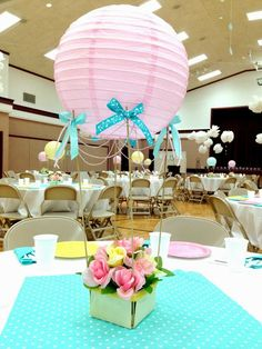 Pretty hot air balloon centerpieces using paper lanterns Baby Shower Centerpieces, Party Centerpieces, Table Decorations, Shower Party, Baby Shower Parties, Baby Showers, Bridal Shower, Deco Ballon, Deco Buffet