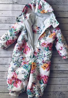 Выкройка демисезонного комбинезона | Шкатулка Girls Playsuit, Baby Girl Romper, Baby Girl Dresses, Baby Dress, Sewing Patterns For Kids, Sewing For Kids, Baby Sewing, Girls Summer Outfits, Girl Outfits