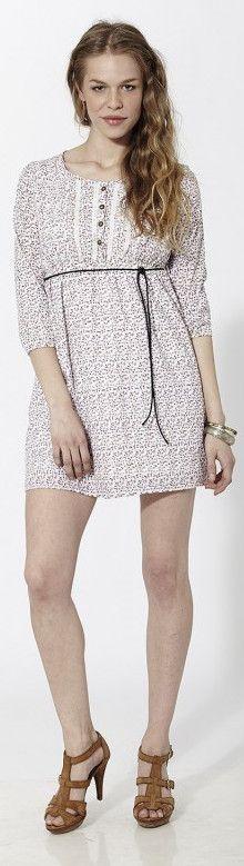 Vestido corto con estampado floral tipo liberty y puntillas en pecho, cintura y bajos Rosado