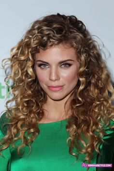 Elegant Side Part Curly Hairstyles For The New Year's Eve