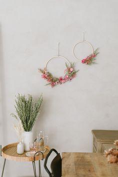 DIY-Anleitung: Kränze aus Trockenblumen binden Dried Flowers, Diy Wedding, Room Decor, Wreaths, Seasons, Hula Hoop, Creative Ideas, Decoration, Decorative Wall Shelves