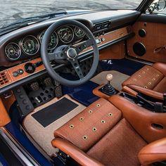Interior perfection by Singer Vehicle Design Singer Porsche, Porsche Carrera, Retro Cars, Vintage Cars, Porsche 911 Classic, T3 Camper, Porche 911, Vw Mk1, Supercars