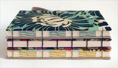 bellas encuadernaciones con tapas forradas en tela y lomo descubierto