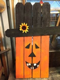 Halloween pumpkin upcycle picket fence Upcycle picket fence of halloween pumpkin Casa Halloween, Halloween Wood Crafts, Halloween Signs, Halloween Pumpkins, Holiday Crafts, Wooden Halloween Decorations, Fence Decorations, Pallet Crafts, Pallet Art