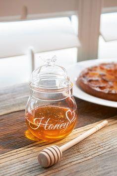 """Nydelig glasskrukke for honnig fra Riviera Maison. """"Honning-øse"""" i tre medfølger. Legg merke til den søte bien i glass oppe på lokket! Høyde 13cm Diameter 9c"""