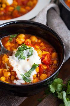 Auf der Suche nach einem schnellen Abendessen? Dann werdet ihr das Kichererbsen-Stew mit Tomaten und Mais lieben. 20 Minuten, herzhaft, gut!