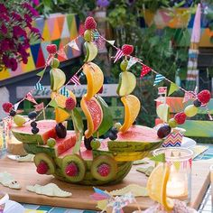 Funny Melon Ship for Edible Party Decorations -Bine Brändle, DIY, Do it yours – Kindergeburtstag Essen – Fruit L'art Du Fruit, Deco Fruit, Fruit Art, Fruit Salad, Fresh Fruit, Fruit Decorations, Food Decoration, Fruit Creations, Food Carving