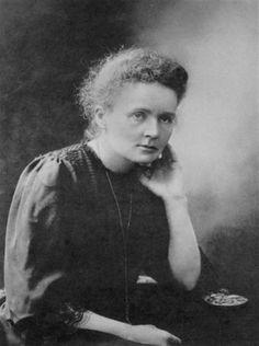 Marie Curie var en polsk kemist och fysiker som forskade på bland annat radioaktivitet. 1903 fick hon sitt första av två Nobelpris och var därmed den första kvinnan att ens erhålla priset.