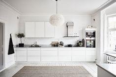 Spacious White Scandinavian Apartment With Black Details - Gravity Home Kitchen Lamps, Kitchen Interior, Interior Design Living Room, Kitchen Decor, Scandinavian Apartment, Scandinavian Kitchen, Deco Design, Küchen Design, Cocina Office