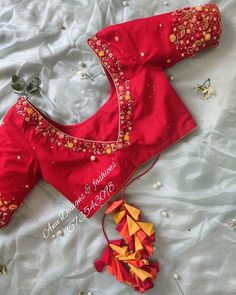 blouse designs latest The perfect Silk saree blouse design is what you need to glow on your special day! To shorten your hunt, weve got for you various Silk saree blouse designs f Wedding Saree Blouse Designs, Pattu Saree Blouse Designs, Blouse Designs Silk, Designer Blouse Patterns, Sari Blouse, Saree Blouse Patterns, Blue Blouse, Blouse Back Neck Designs, Simple Blouse Designs