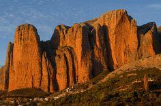 #HUESCALAMAGIA EN NATIONAL GEOGRAPHIC ✌️ En un post de la prestigiosa revista de National Geographic, propone a el Castillo de Loarre entre los 21 CASTILLOS MÁS BONITOS Y EMBLEMÁTICOS DEL MUNDO 🎉. Como nos gustan estos galardones para que la Magia de Huesca se conozca como un destino de 10 para pasar tus días de vacaciones y descanso. Además en la misma revista de National Geographic, recomienda Huesca como destino mágico! Os dejamos las fotos de varios reportajes de la exclusiva revista…