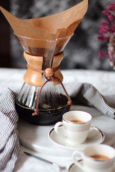 Slow coffee x Chemex Slow drip coffee with Chemex coffee maker Coffee Shot, Coffee Break, Coffee Cups, Chemex Coffee Maker, Best Coffee Maker, Coffee Enema, Decaf Coffee, Drip Coffee Maker, Coffee Tasting