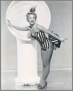 Jane POWELL '50 (1er Avril 1929.After rising to fame as a singer in her home state of Oregon, Powell was signed to Metro-Goldwyn-Mayer while still in her teens. Once there, the studio utilized her vocal, dancing and acting talents, casting her in such musicals as Royal Wedding, with Fred Astaire, A Date with Judy, with friend Elizabeth Taylor, and Seven Brides for Seven Brothers, with Howard Keel. In the late 1950s, her film career slowed, only to be replaced with a busy theater and…