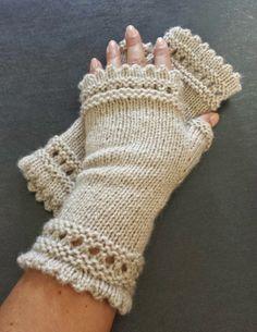 "Mes Folies: Les mitaines ""Que Tout le Monde Aime"" Susie Reading's Mitts Fingerless Gloves Crochet Pattern, Fingerless Gloves Knitted, Mittens Pattern, Knit Mittens, Knitting Socks, Hand Knitting, Knitting Patterns, Crochet Patterns, Hat Patterns"