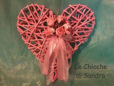 Cuore romantico con cannucce di carta e roselline