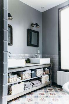 Vasques posées sur un meuble en bois esprit meuble de métier dans la salle de bains