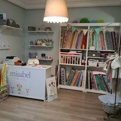 Ésta semana hemos cambiado la organización de la tienda para hacer más sitio para los nuevos talleres de punto que comenzamos en noviembre..ha quedado muy bien!! #misabelcosturacreativa #clasesdecosturaypatronaje #clasesdepunto #tiendalaboresmadrid