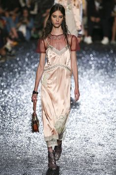 Si chiamano sleek dresses, e saranno l'ossessione della moda Primavera Estate 2018. Abiti di raso che scivolano f