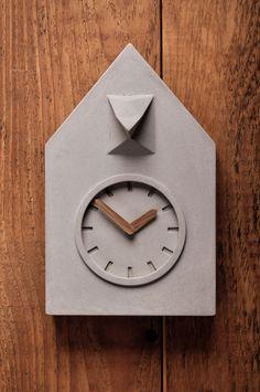 Kuckucksuhr mal anders: Wanduhr aus Beton mit Zeigern aus Holz, minimales Design / minimalistic home decor: concrete clock with wooden elements made by Rehform via DaWanda.com