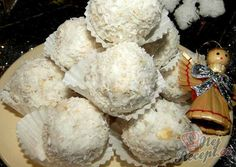 Kokosové kuličky s mletými oříšky a ovesnými vločkami. Autor: Romča German Cookies, Toblerone, Biscuits, Stuffed Mushrooms, Brunch, Ice Cream, Sweets, Vegetables, Desserts