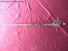 Ropera militar del S.XVI. Dos anillos y dos lazos. Gavilanes y patillas terminados en bola. Peso 1055gr. Equilibrio a 8,5cm de la guarda.