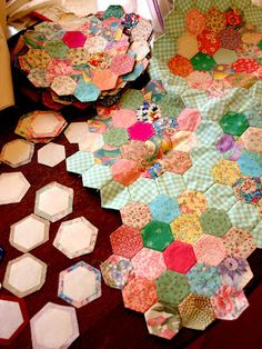 Daisey Jayne - Hexies Omgosh I want to try paper piecing hexagons so bad. Hexagon Patchwork, Hexagon Pattern, Hexagon Quilting, Quilting Projects, Quilting Designs, Sewing Projects, English Paper Piecing, Quilt Tutorials, Lana