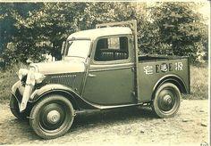 Datsun 13 Truck 1934 Essa foi a primeira caminhonete da história da Nissan produzida pela Datsun uma marca do grupo.  O modelo com cabine simples tinha capacidade de carga de 520 quilos e era equipado com uma transmissão manual de três marchas. A potência máxima era de apenas 15 cavalos a 3.600 rpm.  #carroesporteclube #nissan #datsun #instatruck