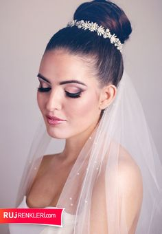 Brunette Bride with beautiful Miranda Templeton Headpiece and hand beaded Veil. Makeup by Love Moi Makeup, Hair by Tracey Ward, Photography by Rekha Garton. Cool Hairstyles For Men, Bride Hairstyles, Beautiful Hairstyles, Bridal Hair And Makeup, Bride Makeup, Brunette Bride, Wedding Hair Half, Classic Updo, Hairstyle Ideas