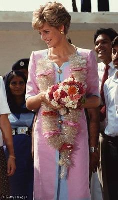September 24 1991 Princess Diana at the Norpoor Family Welfare Centre, Islamabad, Real Princess, Princess Kate, Princess Of Wales, Princess Charlotte, Charles And Diana, Prince Charles, Diana Fashion, Lady Diana Spencer, Glamour