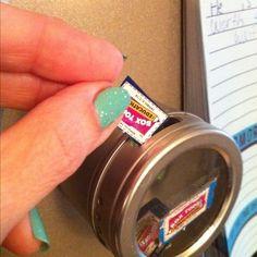 Utilisez un pot à épices magnétique pour enregistrer dessus de boîtes. | 25 Clever Classroom Tips For Elementary School Teachers
