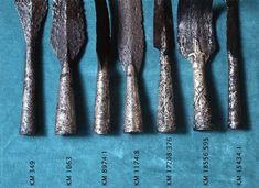 Keihäänkärki (Petersenin G-tyyppiä), rautaa, hopealla silattu ja eläinaiheilla koristettu, terä keskikohdasta taipunut, muodoltaan hyvin suippo sekä liev...