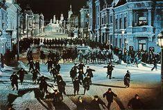 Doctor Zhivago (film)-The Cossacks attack a peaceful demonstration - Doctor Zhivago (película) - Wikipedia, la enciclopedia libre Dr Zhivago, Doctor Zhivago, Santa Claus Story, Film Doctors, Alec Guinness, War Novels, Julie Christie, Top Film, Russian Revolution