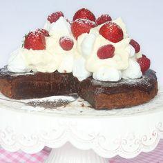 En läcker kladdig chokladbotten, tryffel, maränger, vispgrädde & bär –allt som behöver för en perfekt tårta! Mums!