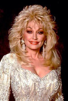 The glamorous, incredible, Dolly Parton - Hair Styles Dolly Parton Wigs, Dolly Parton Costume, Medium Hair Styles, Curly Hair Styles, Beautiful Old Woman, Beautiful Eyes, Layered Hair, Big Hair, Easy Hairstyles