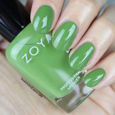 Come see St. Patrick's Day nail art & a fun eye look in collaboration with my friends Rob and Jessica! Green Nail Polish, Nail Polish Colors, St Patricks Day Nails, Glamour Nails, My Nails, Nail Designs, Nail Art, Colour, Hands