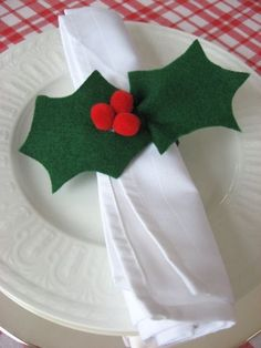 Here is a quick craft to keep the kids busy and also knock finding napkin rings off your list! I saw these years ago but don't remember where. I looked for a template but couldn't Christmas Napkin Rings, Christmas Napkins, Christmas Table Settings, Christmas Table Decorations, Felt Crafts, Holiday Crafts, Quick Crafts, Navidad Diy, 242