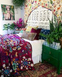 35 Cozy Boho Bedroom Decor with Attractive Color Ideas. That is, bohemian decor is about mixing, matching, coloring and smartly placing of unique items at a location. Bohemian style decor is perfect f. Bohemian Bedroom Design, Boho Bedroom Decor, Bedroom Vintage, Bohemian Decor, Bedroom Designs, Bohemian Bedrooms, Entryway Decor, Bedroom Ideas, Luxury Homes Interior