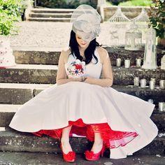 Vestido branco à 1ª vista e depois...um saiote vermelho com sapatos a condizer!! :)
