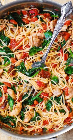 Tomato Basil & Spinach Chicken Spaghetti – healthy, light, Mediterranean style dinner, packed with vegetables, protein and good oils. Use whole wheat pasta in this recipe to keep it clean eating friendly. Pin now to try later! Huhn Spaghetti, Spaghetti Spinach, Spaghetti Squash, Vegetarian Spaghetti, Mexican Spaghetti, Pasta Spaghetti, Spaghetti Dinner, Cooking Spaghetti, Spinach Stuffed Chicken