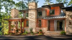 Inviting modern mountain home surrounded by forest in North Carolina This organic modern mountain home designed by Living Stone Design + Build and ID.ology Interiors is located in Asheville, North Carolina. Craftsman Home Exterior, Mountain Home Exterior, Rustic Houses Exterior, Modern Mountain Home, Mountain House Plans, Modern Craftsman, Cottage Exterior, Craftsman Style Homes, Craftsman House Plans