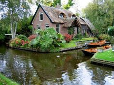 Giethoorn, Holland - a roadless village. Known as the Venice of the North, the old part of this village has no roads, so all transport must be done over the canals or the cycling path. Oh The Places You'll Go, Places To Travel, Places To Visit, Beautiful World, Beautiful Places, House Beautiful, Voyage Europe, Fairy Houses, Belle Photo