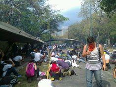 Noticia Venezuela hoy lanzan bombas larimógenas DENTRO DE LA UCV RT @EventosUNIMET: Hace pocas horas UCV pic.twitter.com/GUzFFXLZZg #12M