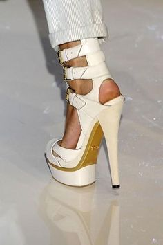 49a97478ea1 gucci belted heels Sko Hæle, Hvide Hæle, Gucci Sko, Aftensko, Ballet Sko