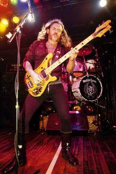Taktgeber:   Die meisten Rockbands bestehen aus vier oder fünf Musikern und...