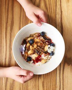 Granola valmistuu todella helposti kotona. Tarvitset vain kaurahiutaleita, pähkinöitä ja siemeniä. Kokeile tätä luotto-ohjetta jo tänään! Granola, 200 Calories, Satu, Oatmeal, Breakfast, Recipes, Food, The Oatmeal, Morning Coffee