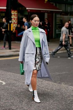 Click through to see the latest London Fashion Week street style shots from the spring 2020 shows happening in London this week. Top Street Style, Spring Street Style, Cool Street Fashion, Street Style Women, Fashion Week, Fashion Photo, Women's Fashion, Quebec, Printemps Street Style