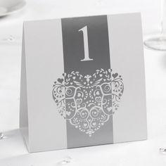 Met deze set van 12 kaartjes met de nummers van 1 - 12 gaan de gasten makkelijk hun tafel vinden. De kaartjes zet je gewoon op tafel. De kaartjes zijn wit en zilver met de opdruk van een hartje.