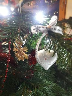 Herz weiß mit frohe Weihnachten Schleife Christen, Christmas Ornaments, Holiday Decor, Home Decor, Bow, Trees, Heart, Xmas, Xmas Ornaments