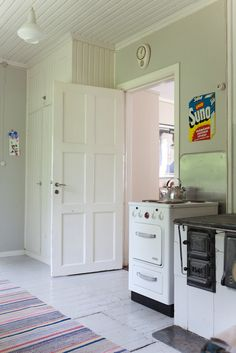 That floor and walls. Real Kitchen, Nice Kitchen, Unfitted Kitchen, Best Kitchen Colors, Bungalow Kitchen, Summer Cabins, Retro Home, House 2, Cottage Style