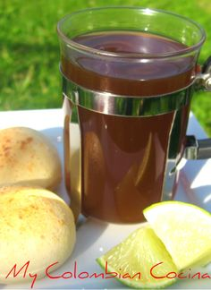 Agua de Panela - Aguapanela is a sweet drink made from unrefined sugarcane juice; it's enjoyed throughout the country. The 'warmth' of the drink depends on the altitude: hot and soothing in the mountains, icy and refreshing along the coast. Colombian Drinks, My Colombian Recipes, Colombian Cuisine, Fodmap Recipes, Tasty Dishes, The Best, Food And Drink, Cooking Recipes, Yummy Food